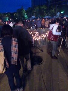竹灯籠を囲む人たち。
