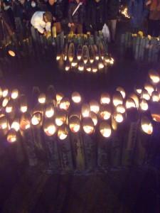 並べられた竹灯籠とろうそく。