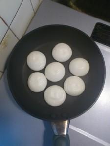 餅をフライパンで焼いているところ(焼き始め)