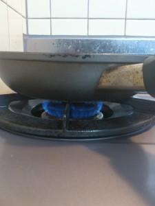 餅をフライパンで焼くときの火加減(弱火)